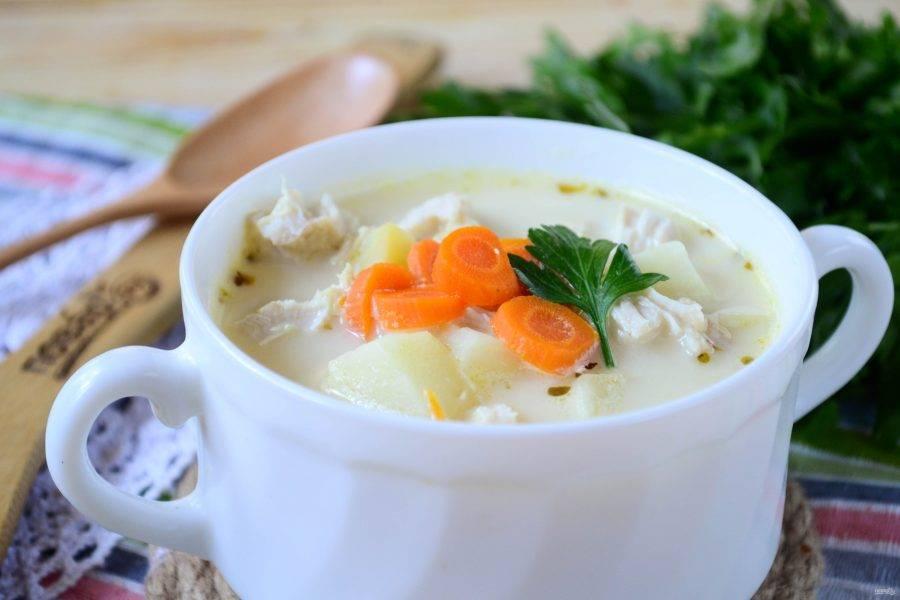 Сырный суп с морковкой готов. Перед подачей не забудьте вынуть лук, чтобы он никому не попался в тарелку. Подавайте сырный суп горячим, украсив зеленью. Приятного!