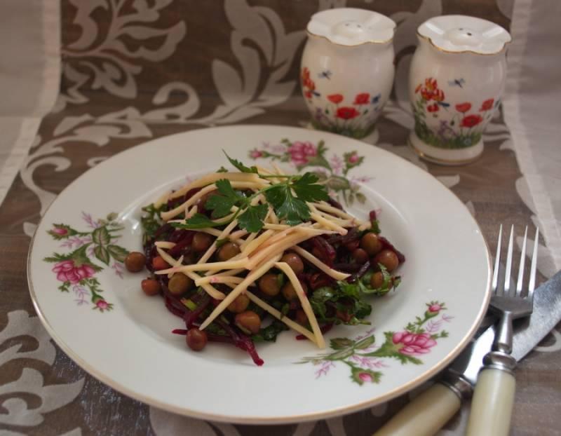 Готовый салат сразу подать к столу. Салат следует готовить непосредственно перед подачей. Салат очень сочный, полезный и вкусный.