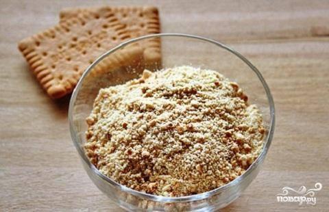 1.В первую очередь приготовим печенье. Его нужно раскрошить. Сделать это очень просто.  Печенье нужно положить в полиэтиленовый мешок. Завязать его, и  деревянным молоточком постучать  по нему. 2-3 минуты и у вас готовая нужная крошка готова.