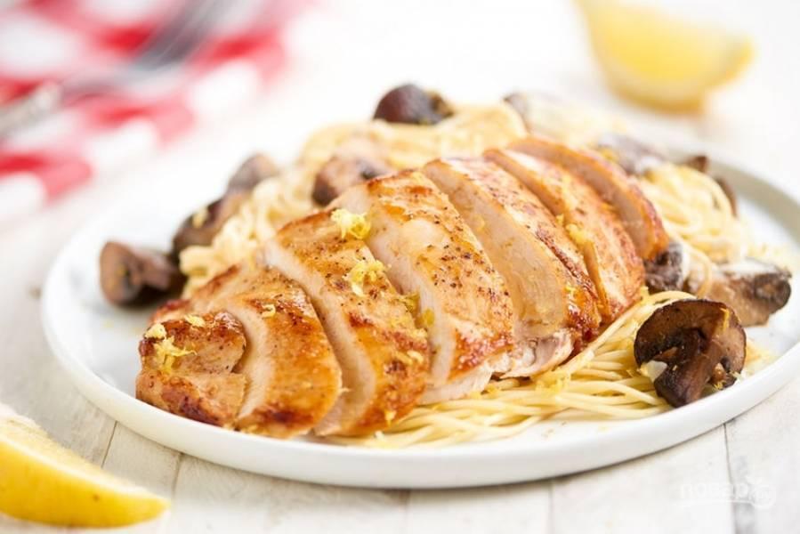 5. Нарежьте курицу перед подачей. Сверху насыпьте перец и цедру. Также выложите на тарелку спагетти и соус. Приятного аппетита!