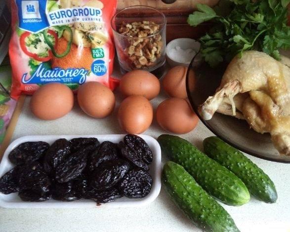 1. Нежный салат готовится на основе куриного мяса. Подойдет любая часть курицы на ваше усмотрение. Я не очень люблю филе, поэтому взяла два окорочка. Мясо следует предварительно отварить и остудить.