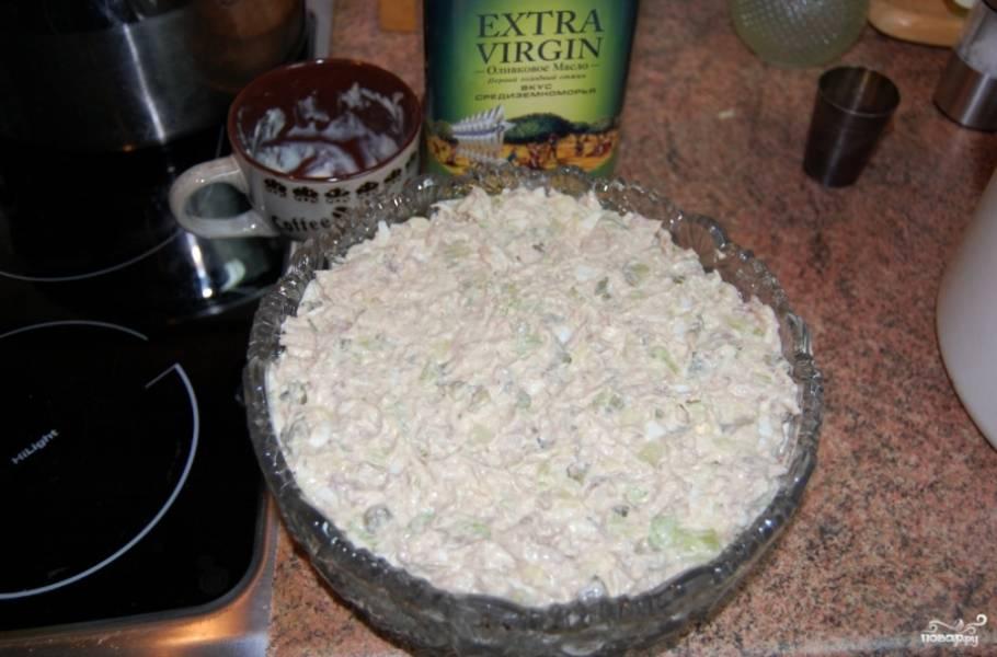 Выложите салат в салатницу.