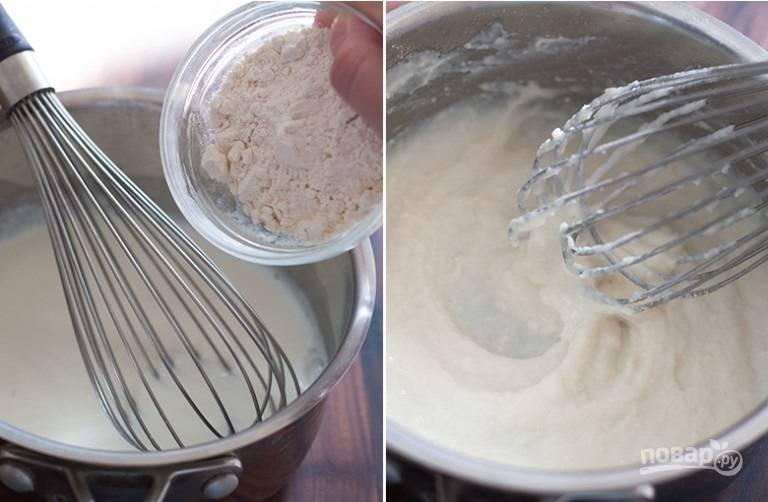 3. Оставшееся молоко доведите до кипения и соедините с 3 ложками муки. Тщательно перемешивайте без остановок, чтобы мука равномерно заварилась и не было комочков.