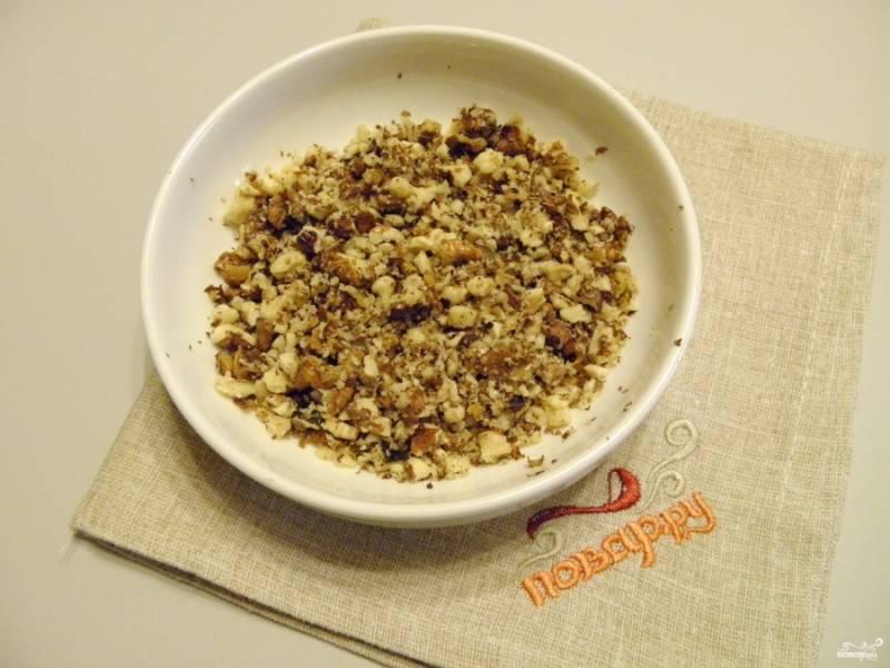 Очищенные орехи измельчите в ступке или просто порубите ножом. Добавьте их к печенью. Перемешайте.