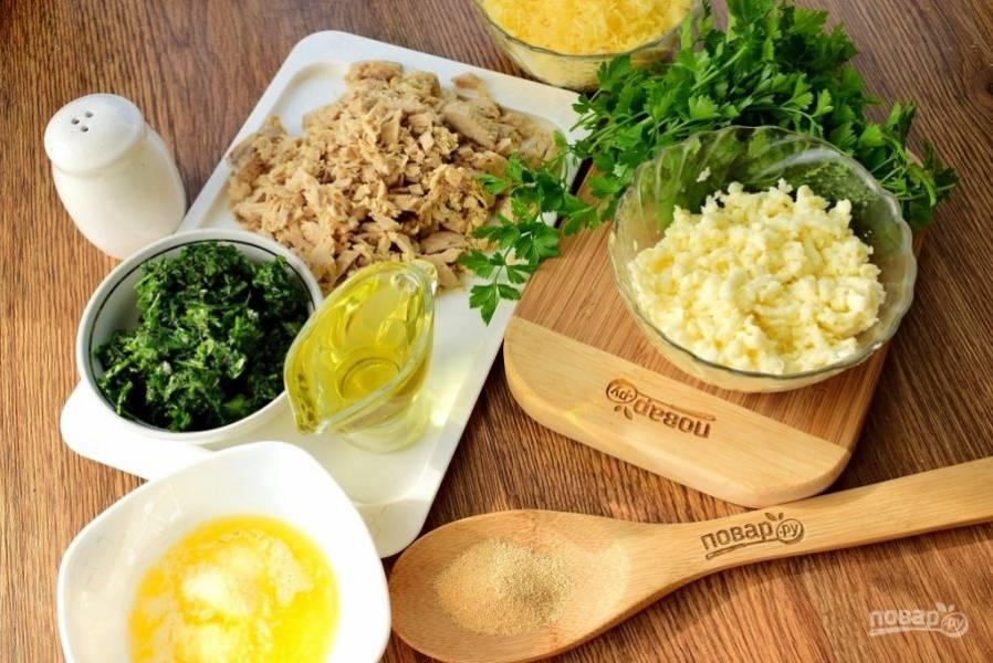 Пока подходит тесто, приготовьте начинку. Масло растопите, сыр натрите на терке, куриную грудку нарежьте мелкими ломтиками.