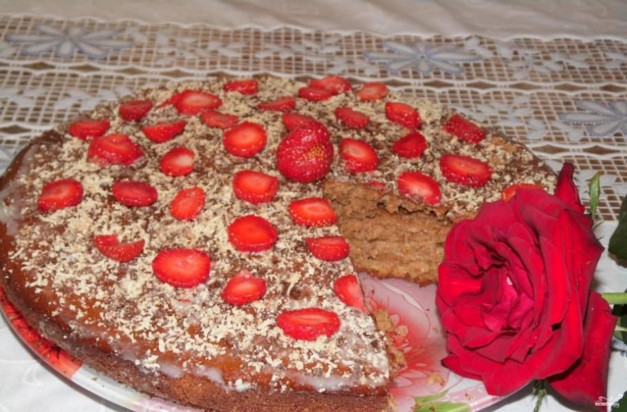 7.Соединяем 2 коржа, верхушку торта смазываем сгущенным молоком или сметанным кремом, посыпаем вафельной стружкой и украшаем ягодками или любыми фруктами.