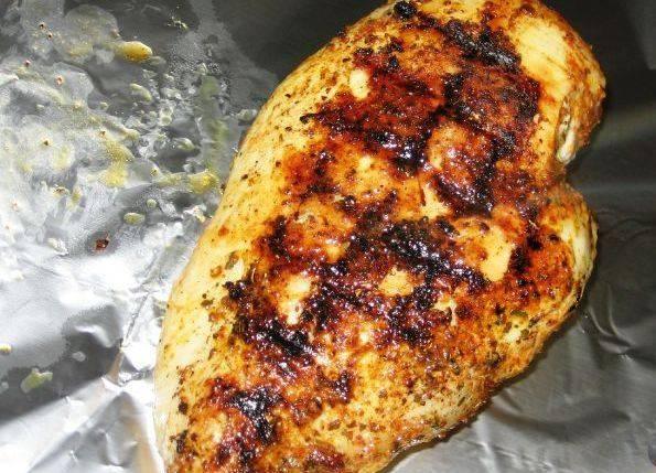 Обжариваем курицу на гриле или на сковородке гриль с двух сторон до образования аппетитной румяной корочки. Если нет гриля, то жарим просто на сковородке на сильном огне. Затем курицу заворачиваем в фольгу.