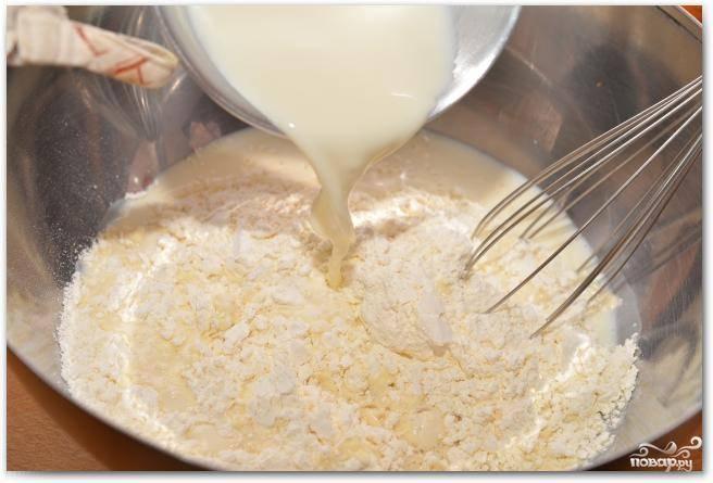 Смешиваем теплое молоко с половиной муки.
