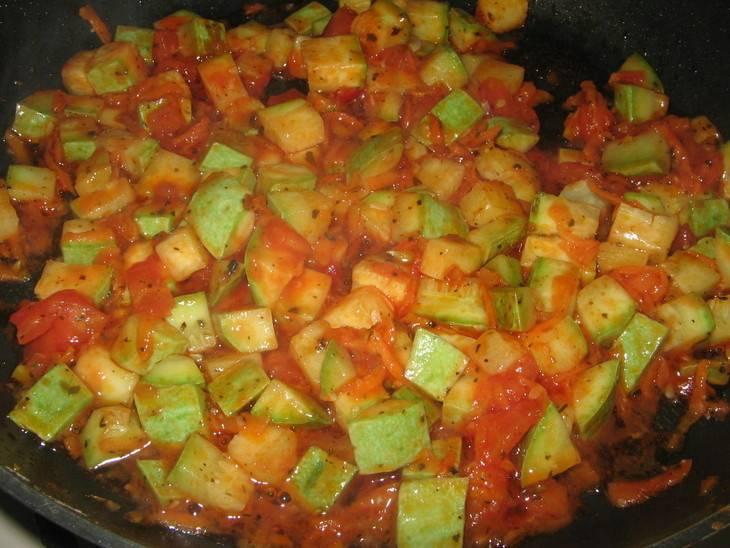 Заливаем томатного соуса и перемешиваем все. Накрываем сковородку крышкой и тушим около 5 минут.