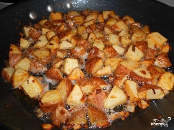 5. После того, как на нижней части картошки образуется золотистая корочка, добавьте лук; посолите, поперчите и жарьте еще приблизительно одну минуту. Аккуратно переверните. Постоянно переворачивайте картофель до равномерной прожарки.