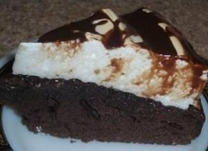 4. Глазурь можно сделать из какао и масла или из шоколада и масла. Выкладываем корж на корж, пропитываем глазурью и украшаем сверху по вкусу. Я использовала орехи.