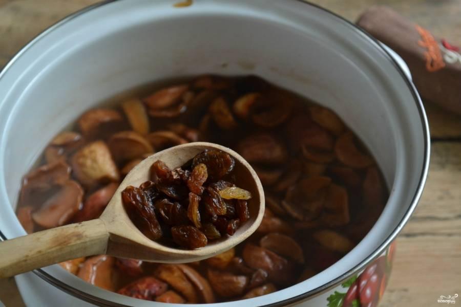 Поставьте кастрюлю с водой на плиту, доведите компот до кипения. Сначала положите сушеные яблоки, груши и сливы. Проварите их 25-30 минут. Потом добавьте изюм и прокипятите ещё 15 минут.