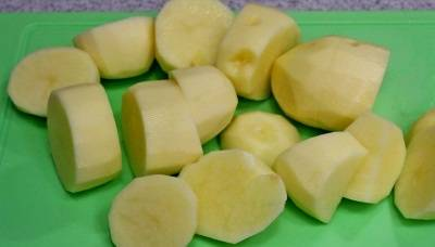 Картофель режем средними кусочками.