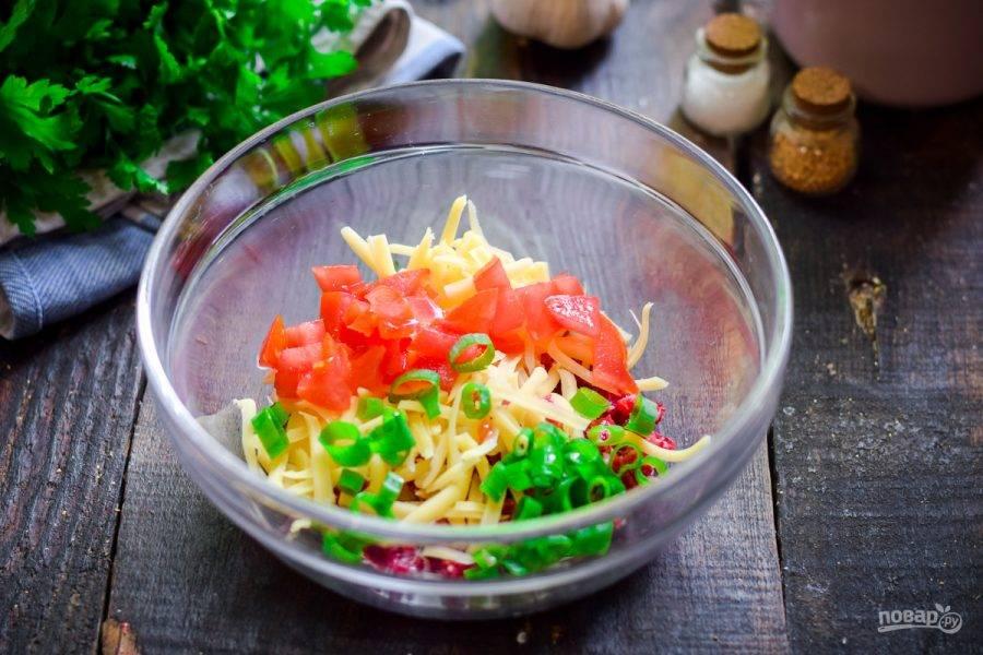 Сполосните, просушите и мелко нарежьте помидор, добавьте к ингредиентам. Зеленый лук сполосните и мелко нарежьте.