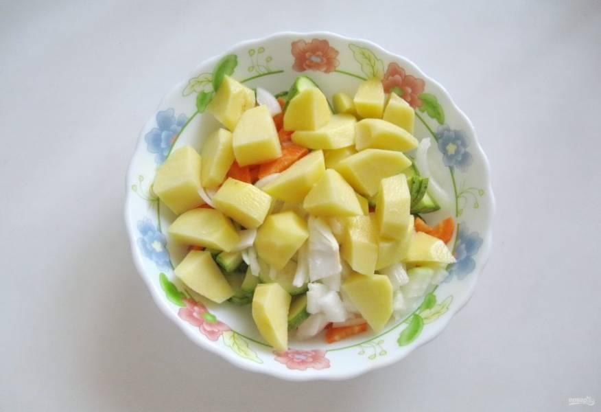 Картофель очистите, помойте и нарежьте кубиками, но не очень мелко. Выложите в миску.