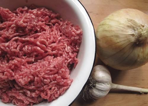 Итак, для начала подготовим все необходимые ингредиенты, очистим чеснок и лук, а фарш повторно пропустим через мясорубку.