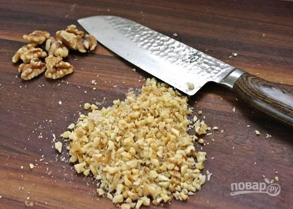 4. Измельчите орехи, но не в муку, а чтобы ощущались кусочки.