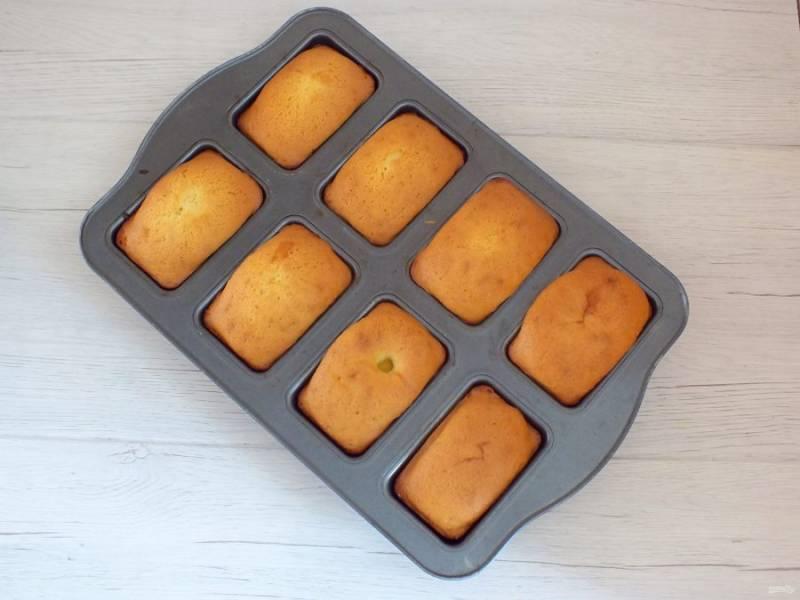 По истечении времени проверьте кексы деревянной шпажкой, она должна быть сухой. Достаньте форму из духовки и оставьте на 20 минут. После достаньте кексы из формочек.