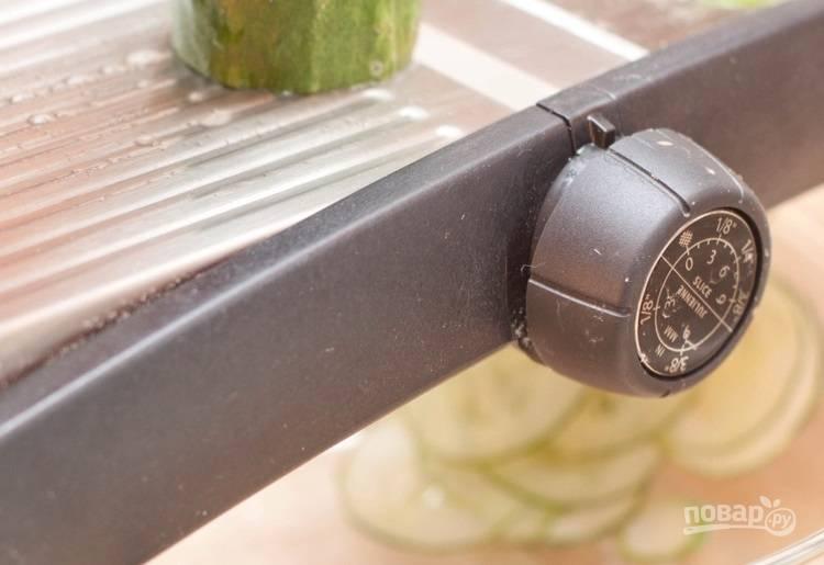1.Вымойте огурец, с помощью терки натрите огурец на тонкие ломтики.