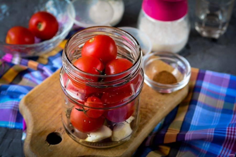 Вымытые помидоры (лучше маленькие) выложите в банку.
