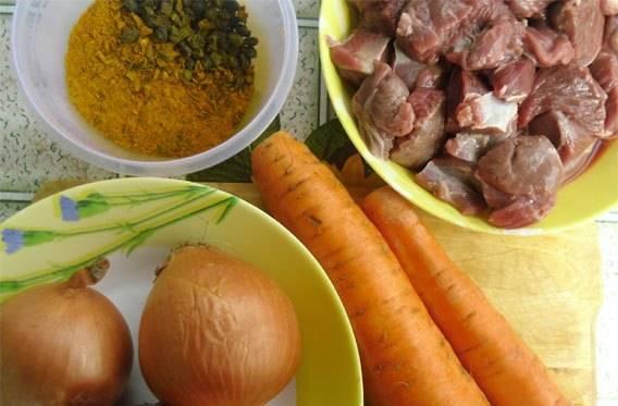 Подготовим ингредиенты. Все специи берем в равном количестве и смешиваем. Овощи очищаем, мясо нарезаем.