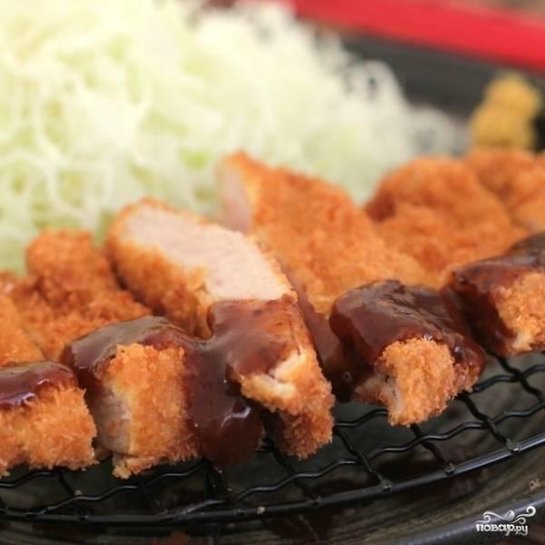 Собственно, куриные бедра в панировке готовы. Остается нарезать их на небольшие кусочки и подать с любимым соусом и гарниром. Приятного аппетита! :)