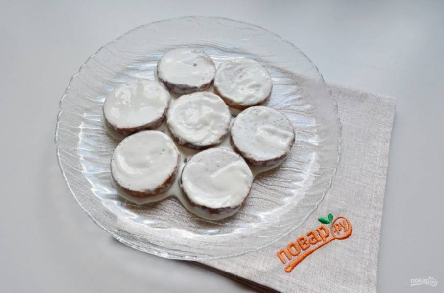 Окунайте каждую половинку пряника в крем. Выкладывайте на блюдо. Дополнительно промазывайте кремом слои. Можно добавить в тортик любые ягоды.