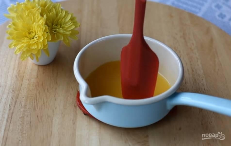 5.Подогрейте в кастрюле апельсиновый сок, добавьте разбухший желатин, перемешайте и остудите. Отдельно взбейте сливки и белки.