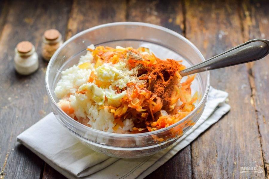 Рис отварите до полуготовности, добавьте ко всем ингредиентам. Добавьте морковь с луком, измельченный чеснок, специи.