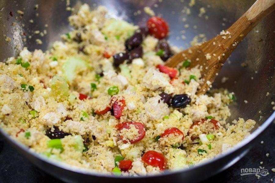 Теперь соедините все подготовленные ингредиенты в миске, добавьте оливки, масло, соль и перец по вкусу. Перемешайте. Все готово!