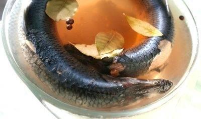 3. Когда рассол уже теплый, потихоньку заливаем рыбку. После того, как вода полностью покроет рыбу, отставляем чашу в холодное место. Через 2 дня селедка становится малосольной, а если подержим ее еще день или два, она станет более соленой.