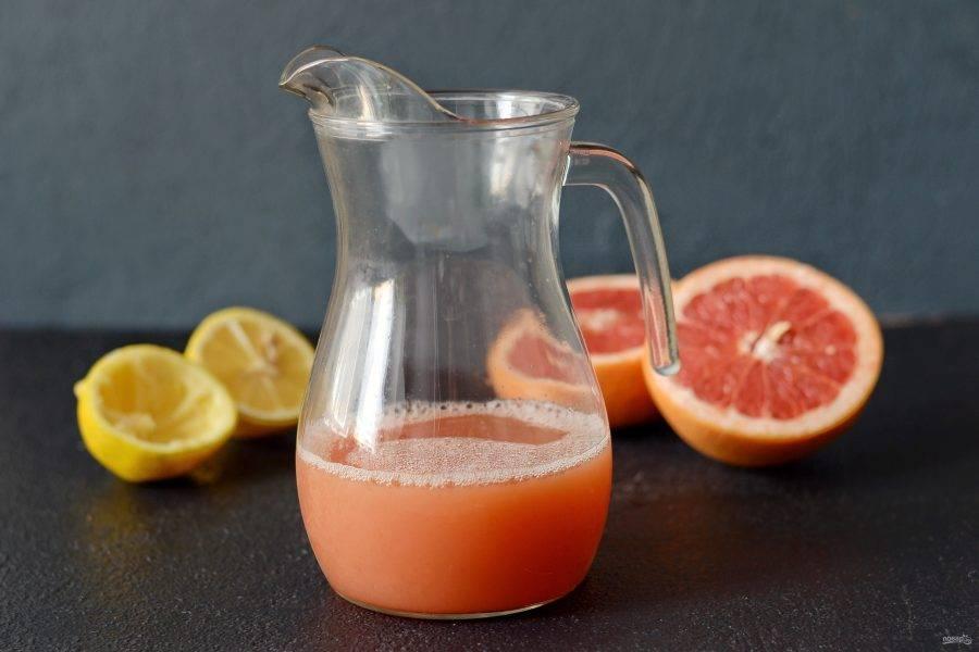 Добавьте свежевыжатый сок грейпфрута и сироп топинамбура, хорошо перемешайте.