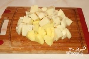 Очистите и нарежьте картофель крупными кубиками. Обязательно нарезайте его крупно, т.к. для шурпы все овощи должны нарезаться крупнее, чем для обычного супа и картофеля в шурпе должно быть больше остальных овощей.