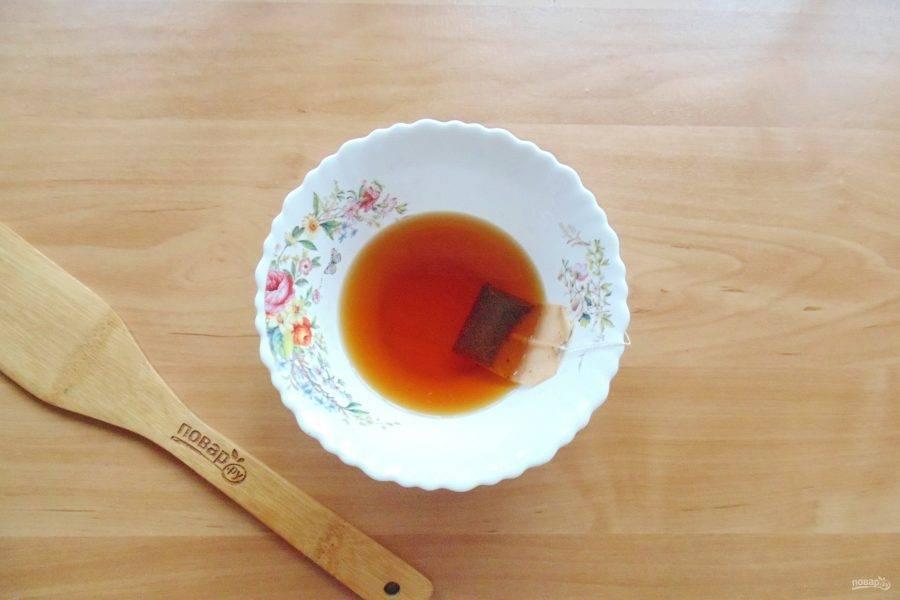 Один пакетик чая залейте кипятком и дайте постоять 4-5 минут.