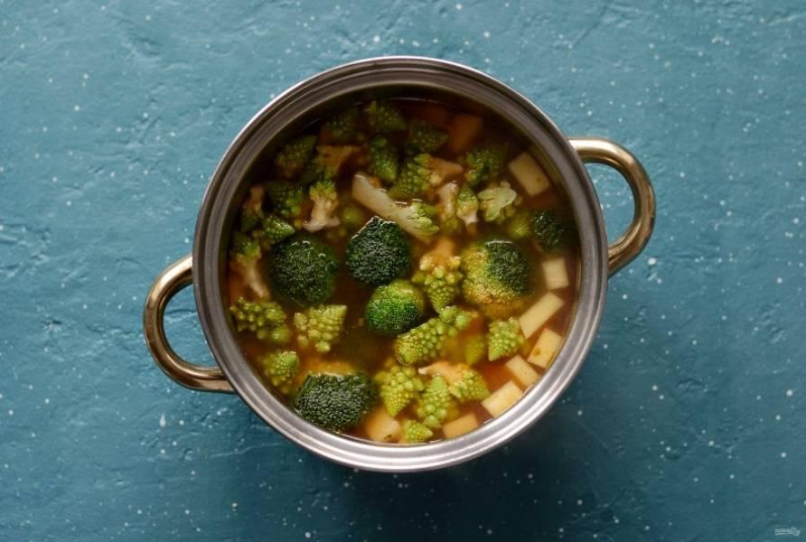 Положите репу в кастрюлю, варите суп 10 минут. Затем добавьте брокколи и романеско, и варите ещё 6-7 минут.