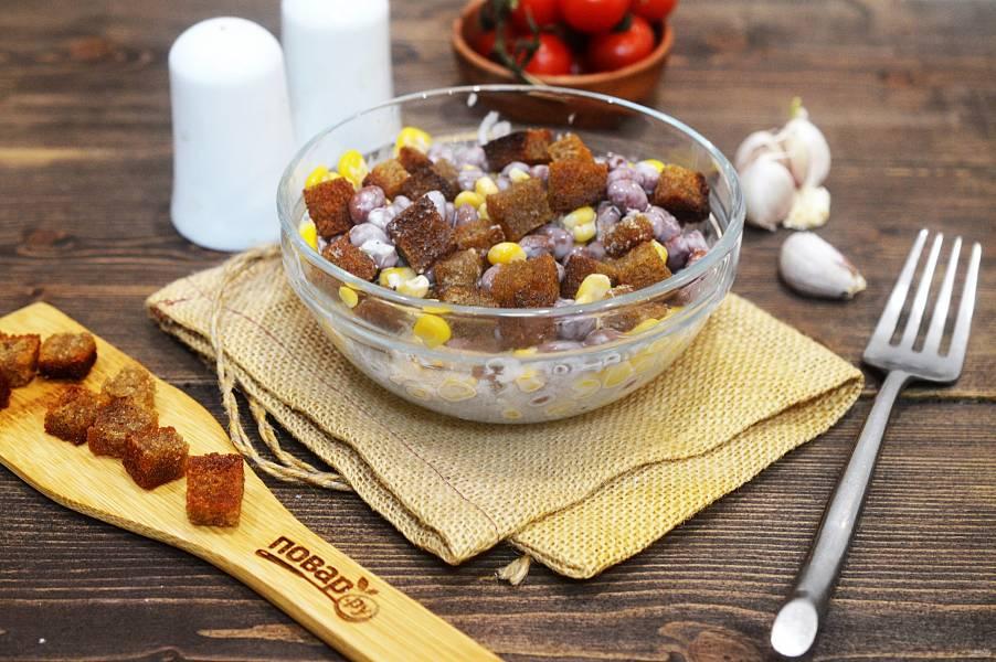 Салат с фасолью, кукурузой и сухариками