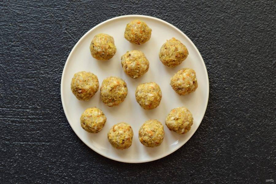 Сформируйте из фарша шарики размером с грецкий орех.
