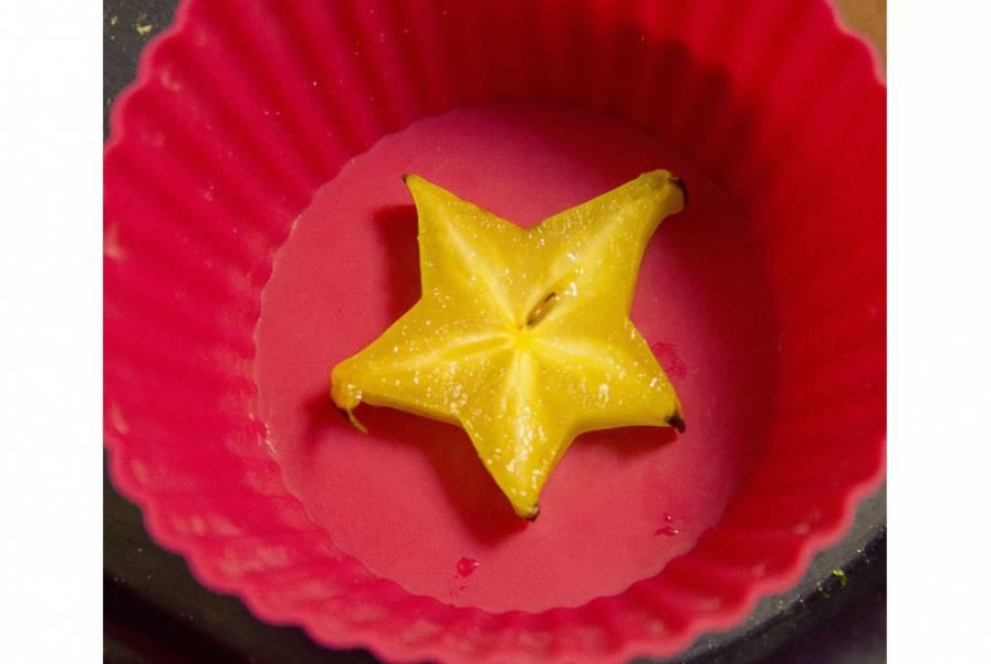 3. Теперь подготовим формочки. Отлично подойдут оставшиеся упаковки от конфет, или же формы для маффинов. Выкладываем кусочки фруктов или орешков на дно формы, и заливаем полученной смесью.