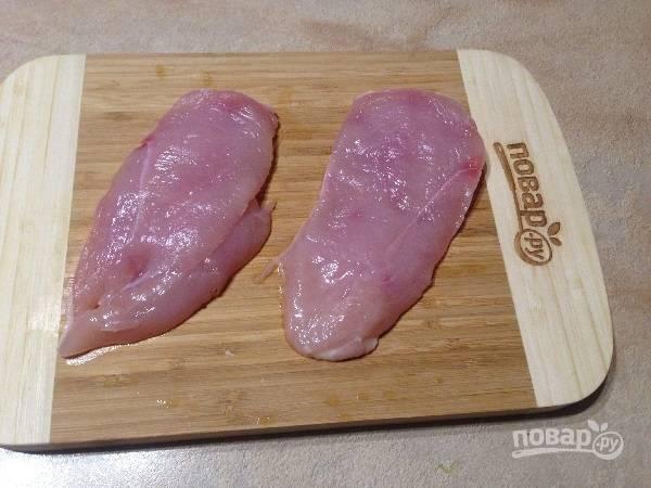3. Куриную грудку разрежем на две части.