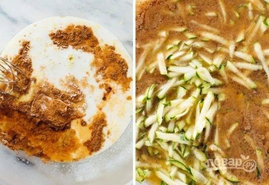 2. Добавьте яйца, ванильный экстракт, кефир, специи. Взбейте все и выложите цукини и измельченные орехи. Небольшими порциями всыпьте просеянную с разрыхлителем муку.
