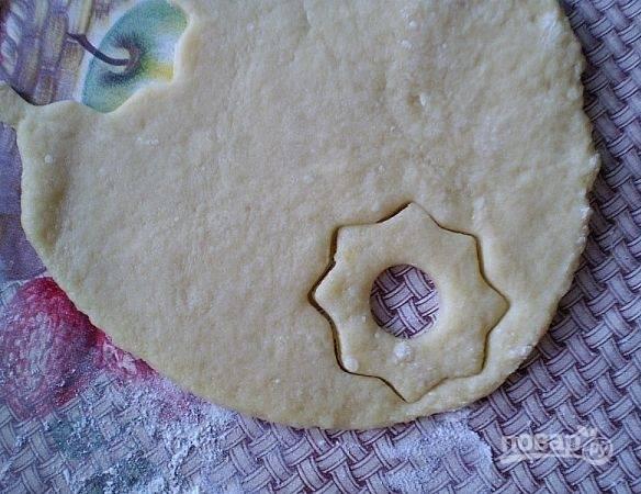 Из центра вырежьте сердцевину. Запекайте печенье при 200 градусах в течение 20-25 минут.