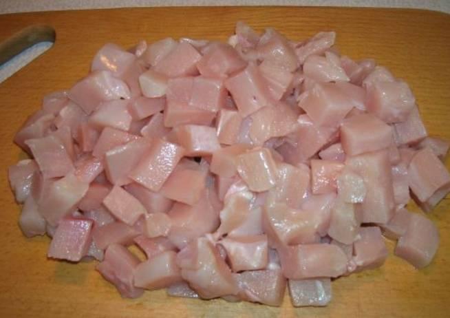 Грудку промойте и отделите мясо от кости, затем порежьте мясо кубиками.