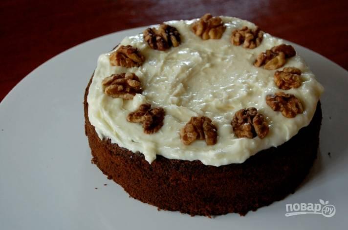 4.Готовый пирог смажьте взбитым сливочным сыром и украсьте грецкими орехами.