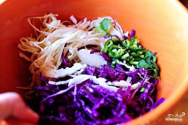 1. Приготовить салат. Смешать нашинкованную капусту и нарезанный перец халапеньо в миске.