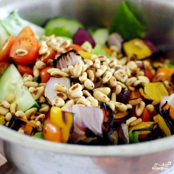 Добавляем в салатницу орехи, обжаренные на гриле овощи. Перемешиваем.
