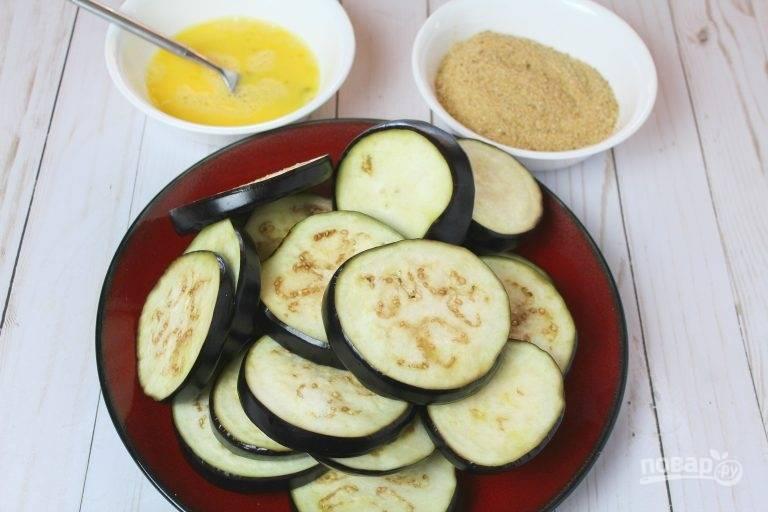 3. Подготовьте панировочные сухари и в отдельной мисочке взбейте яйца.