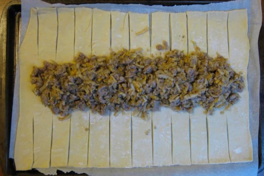 1. Фарш предварительно обжарим со специями и измельченной морковкой. Я лук не люблю, но его тоже можно добавить к фаршу. Тесто раскатываем, делаем надрезы по краям, как на фото. Выкладываем начинку.