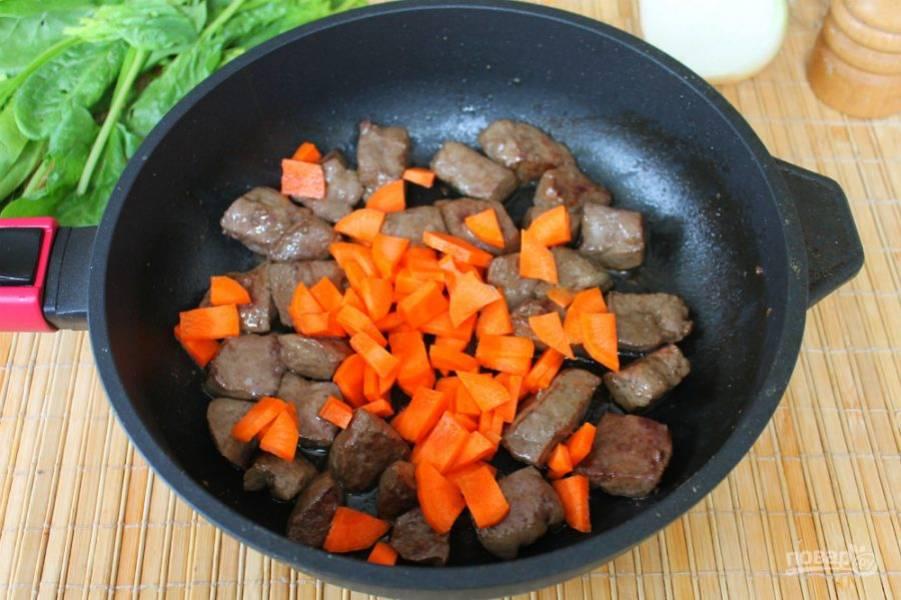 Далее добавляем нарезанную морковь.