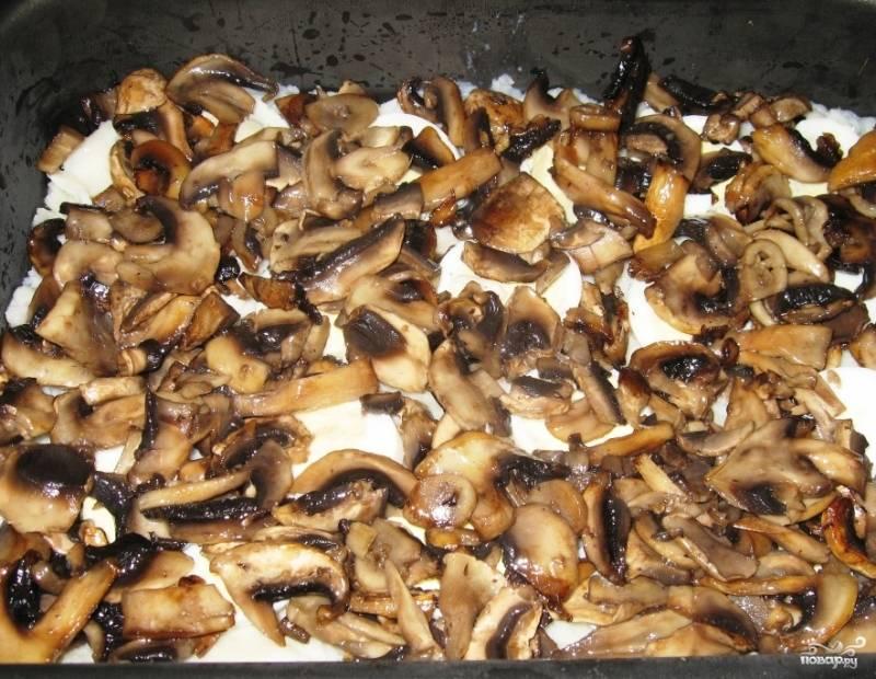 Когда грибочки обжарятся до нужного оттенка, снимите их с огня, дайте им немного остыть. Выложите шампиньоны поверх картофельного пюре и яиц, разровняйте слой. Снова посолите и поперчите блюдо по вкусу.