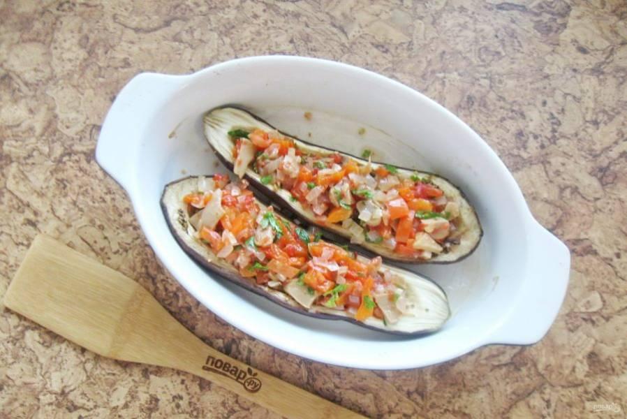 Заполните каждую половинку баклажана приготовленными овощами.